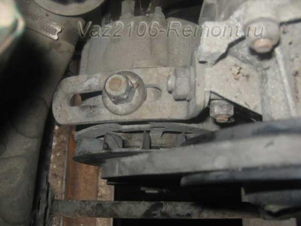 положение натяжителя ремня генератора на ВАЗ 2106 для снятия