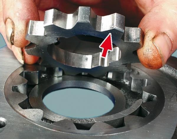 Правильность установки ведущей шестерни в корпус масляного насоса Лада Гранта (ВАЗ 2190)