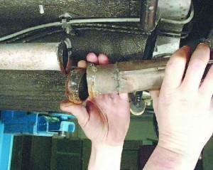 Снимаем хомут и разъединяем трубы