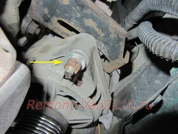 открутить гайку натяжителя генератора на ВАЗ 2110-2112