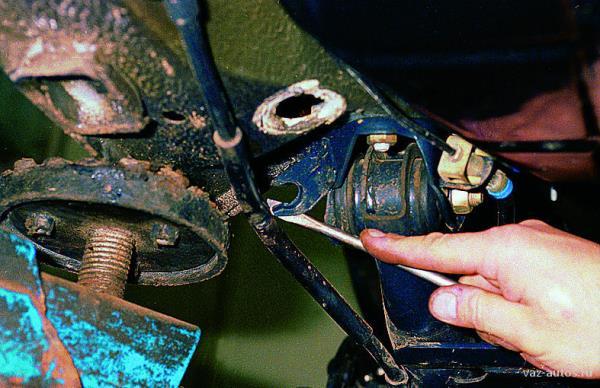 Обслуживание, устройство и ремонт автомобилей ВАЗ 2108, 2109, 21099 - Снятие элементов стояночной тормозной системы- Лада Самара