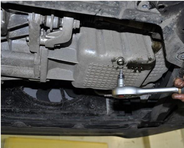 Откручивание гайки поддона двигателя на Лада Веста