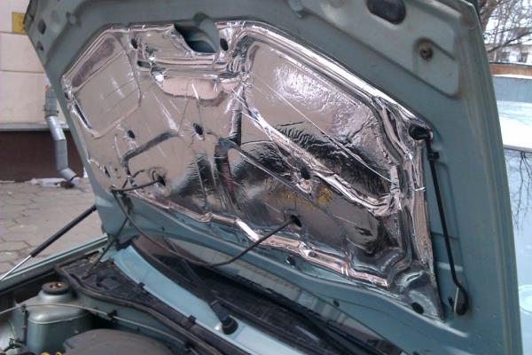 Поднятый капот автомобиля Lada Largus