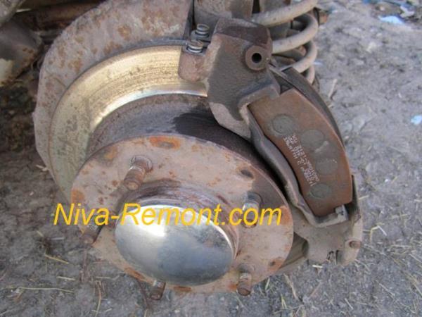 замена передних тормозных колодок на автомобиле ВАЗ 2121 Нива