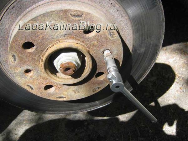 откручиваем направляющие шпильки, на которое одеваются колеса на Калине