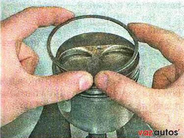 Аналогичным образом снимаем нижнее компрессионное кольцо