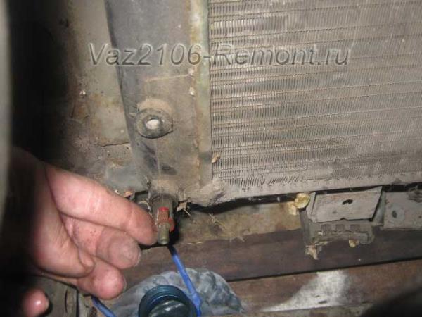 откручиваем краник радиатора на ВАЗ 2106