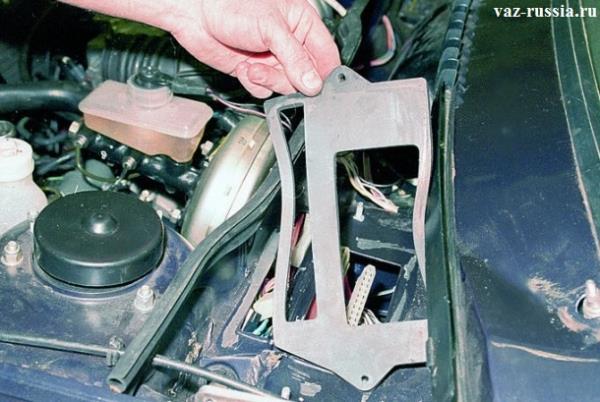 Поддевание отвёрткой уплотнительной прокладки и её снятие и осмотр на наличие трещин и разрывов