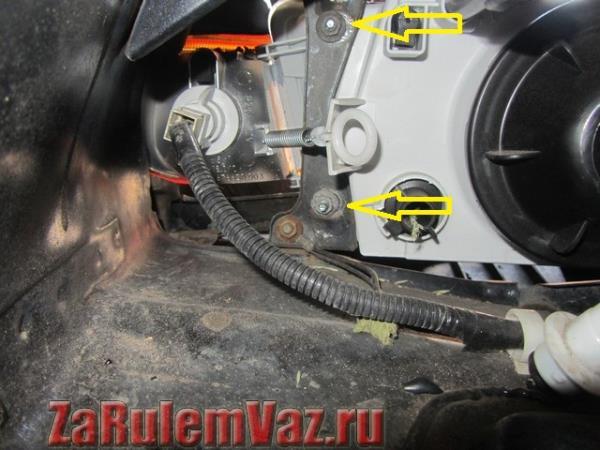 гайки крепления передней фары на ВАЗ 2114, 2115 и 2113
