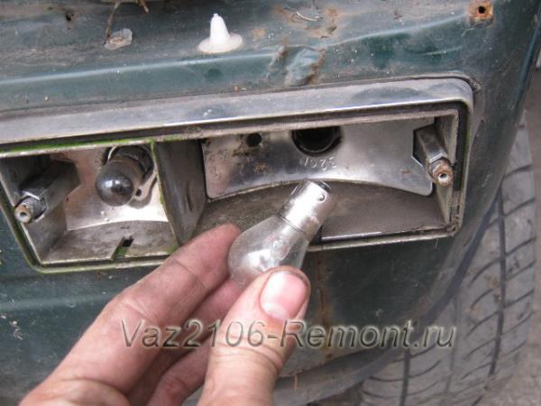 как вынуть лампочку габаритов и поворотов на ВАЗ 2106