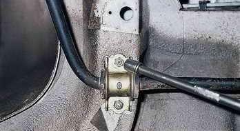 Откручивание гаек крепления кронштейна подушки стабилизатора поперечной устойчивости Лада Гранта (ВАЗ 2190)