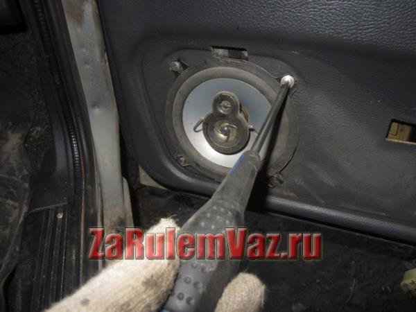 открутить крепление передних колонок на ВАЗ 2114 и 2115
