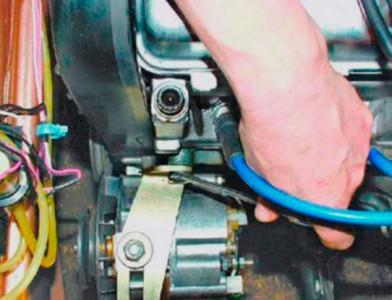 Откручиваем-верхнее-крепление-генератора-на-ВАЗ-2108,-2109,-21099