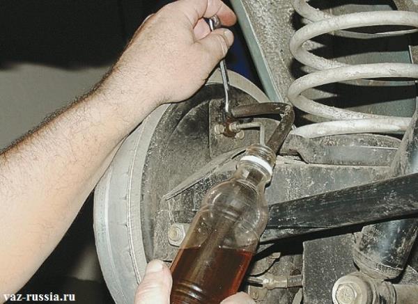 Ослабевание штуцера через который польётся тормозная жидкость