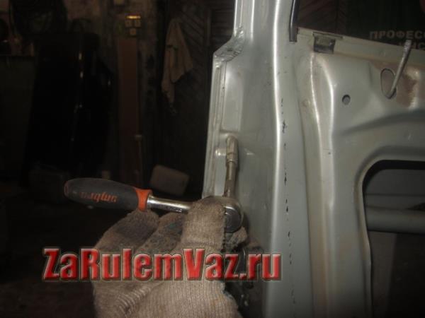 вторая гайка крепления наружной ручки двери на ВАЗ 2114 и 2115
