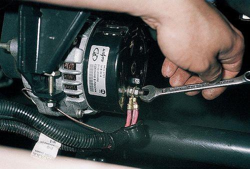 Откручивание гайки М10 на генераторе