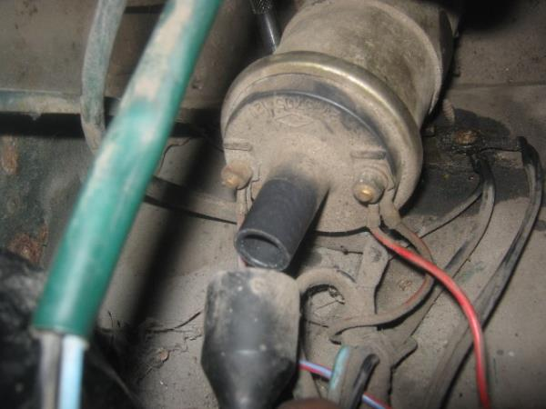 отсоединение высоковольтного провода от катушки зажигания на ВАЗ 2107
