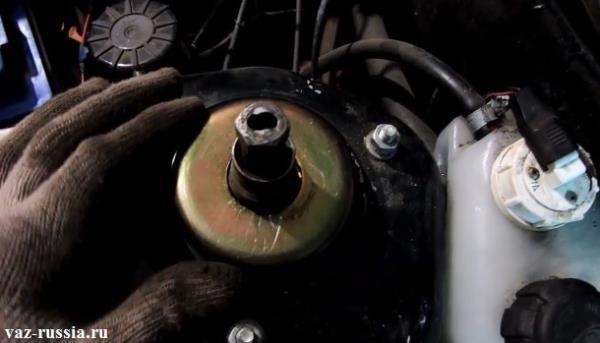Съёмник состоящий из двух деталей и одетый на шток и гайку крепления амортизаторной стойки