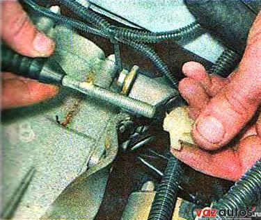 Отворачиваем поводок по резьбе наконечника троса и снимаем поводок