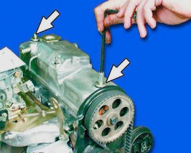 Снимаем крышку двигателя