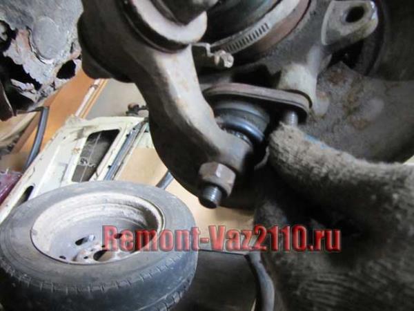 открутить крепление шаровой опоры ВАЗ 2110-2112