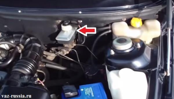 Стрелка указывает на бачок внутри которого находиться тормозная жидкость