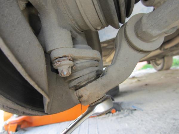 открутить гайку крепления шаровой опоры на ВАЗ 2110-2112