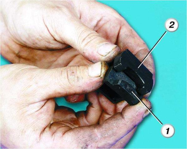 Снятие опоры из уплотнителя рычага привода муфты шестерни стартера Лада Гранта (ВАЗ 2190)