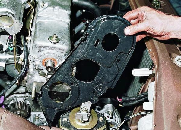 Снятие задней крышки ремня привода ГРМ 8-клапанного двигателя Лада Гранта (ВАЗ 2190)