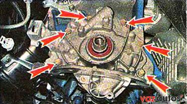 Торцовым ключом на 10 мм отворачиваем шесть болтов крепления масляного насоса к блоку цилиндров