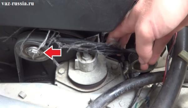 Ослабление болта крепления натяжного ролика и поворот его таким образом, чтобы снялся ремень генератора