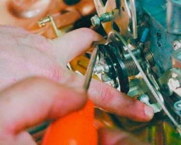 Снимаем пружинный фиксатор тросика газа на ВАЗ 2108, 2109, 21099