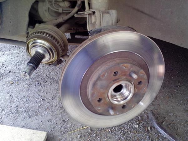 Снятая ступица левого колеса с ШРУСа Лада Гранта (ВАЗ 2190)