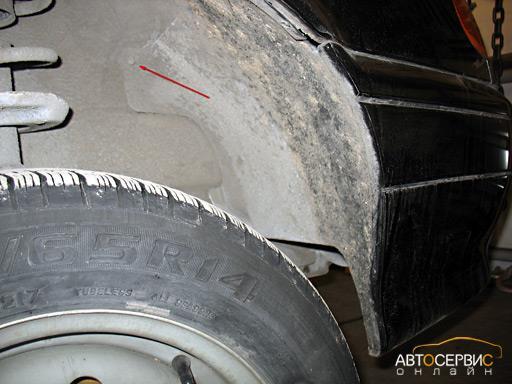 Откручивание двух саморезов в арке переднего колеса ключом на 8