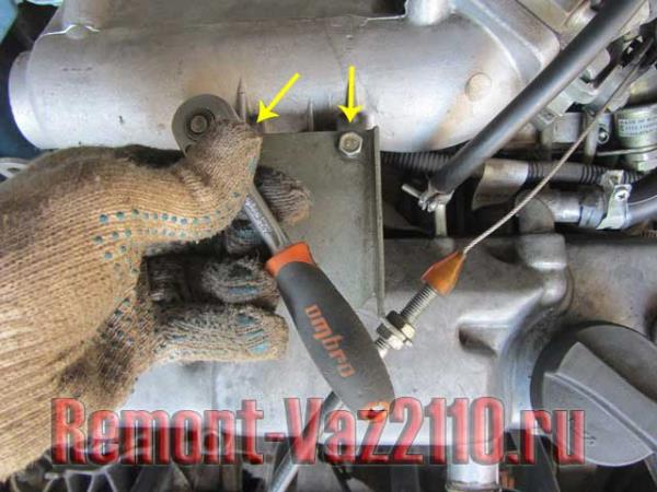 открутить планку троса газа ВАЗ 2110-2112