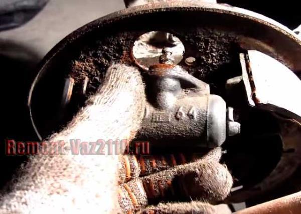 как снять задний тормозной цилиндр на ВАЗ 2110-2112