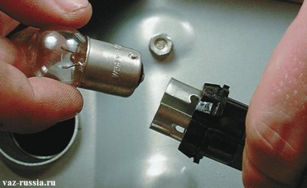 Отсоединение лампы освещения номерного знака от патрона
