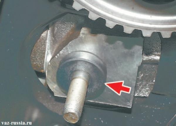 Снятие дистанционного кольца которое расположено сразу же за натяжным роликом