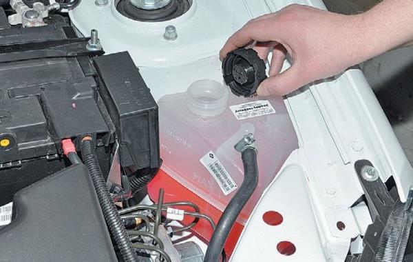 Снятие крышки расширительного бачка системы охлаждения двигателя ВАЗ-21126 Лада Гранта (ВАЗ 2190)