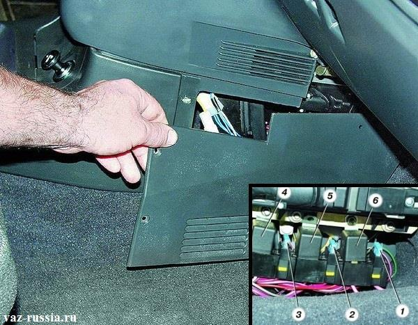Отворачивание винтов крепления боковой накладки приборной панели и её снятие, а так же вынимание предохранителя который идёт на бензонасос
