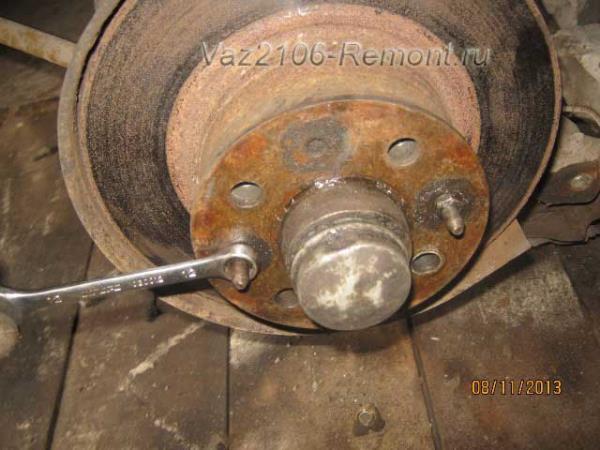 открутить направляющие шпильки на ВАЗ 2106, которые крепят тормозной диск