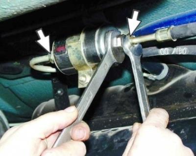 откручиваем гайки крепления топливного фильтра ВАЗ 2114