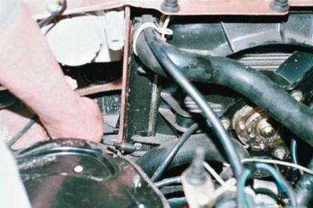 Откручиваем болты на левой части радиатора на ВАЗ 2110, 2111, 2112