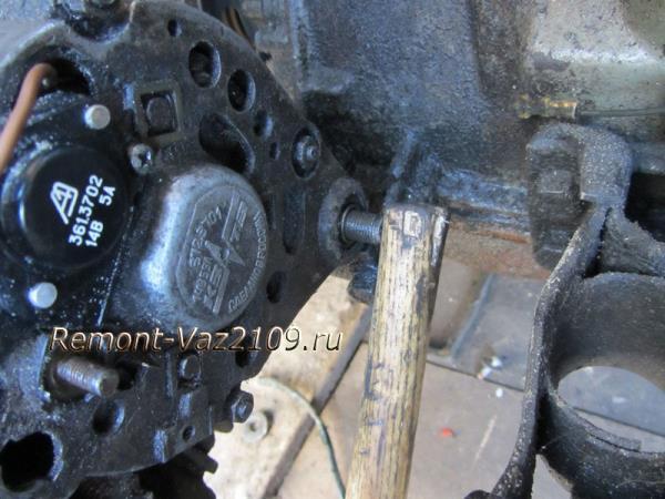 выбиваем нижний болт генератора на Ваз 2109-2108