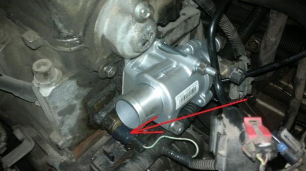 Размещение провода от датчика указателя температуры охлаждающей жидкости 8-клапанного двигателя Лада Гранта (ВАЗ 2190)