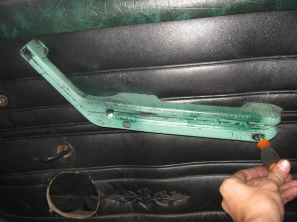 открутить ручку двери на ВАЗ 2106-2107