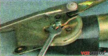Ключом на 13 мм отворачиваем гайку крепления рычага