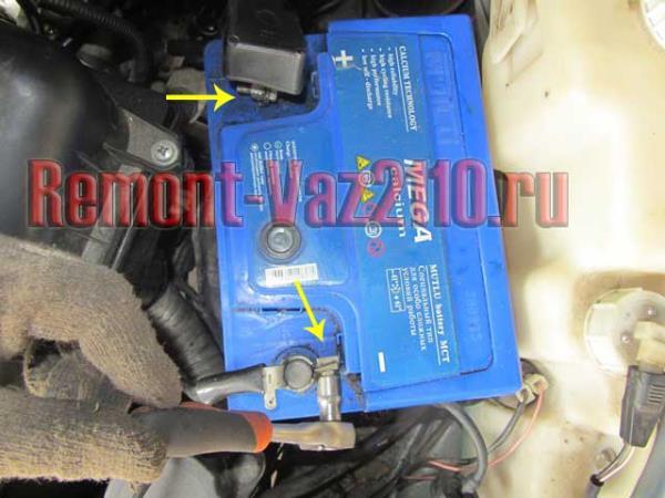 ослабить клеммы аккумулятора на ВАЗ 21102-112