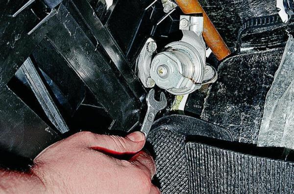 Снимаем кран отопителя открутив болты на 10