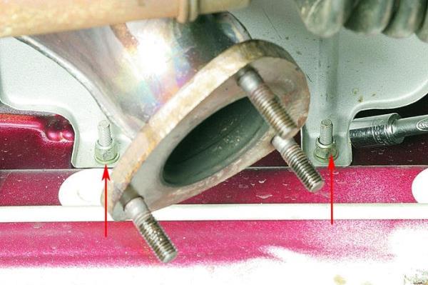 Откручивание гаек нижнего крепления теплозащитного щитка рулевого механизма Лада Гранта (ВАЗ 2190)